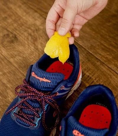 citroen schil die in schoenen wordt gedaan