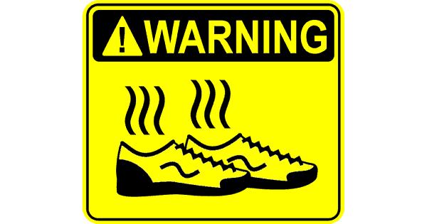 Waarschuwingsbord in geel met stinkende schoenen