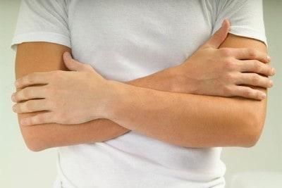 Man met armen over elkaar draagt katoenen tshirt