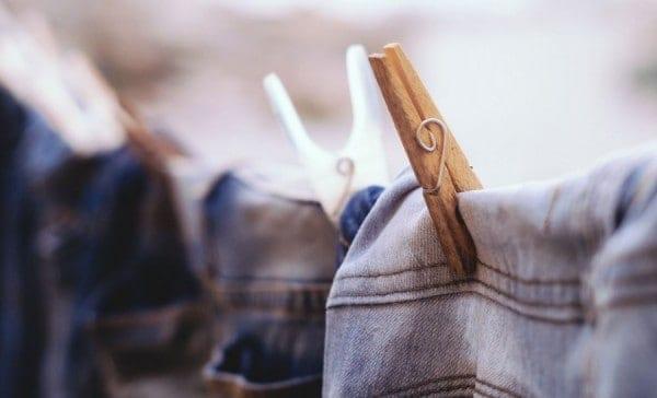 spijkerbroek drogen in de lucht