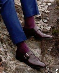 rode sokken onder een blauw pak