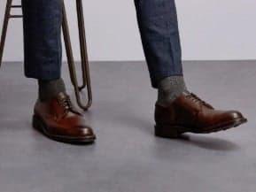 grijze sokken onder een blauw pak