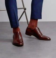 bruine  sokken onder een blauw pak