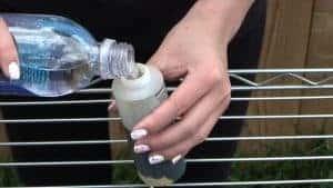 Meng de textielverf met water in een flesje