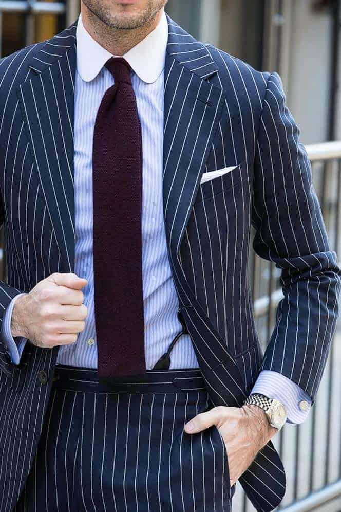 Welke kleur stropdas bij een blauw pak- Bourgondisch gebreide stropdas