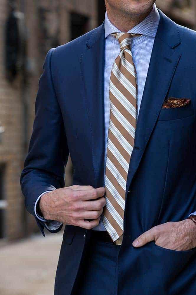 Welke kleur stropdas bij een blauw pak- Bruin gestreepte stropdas