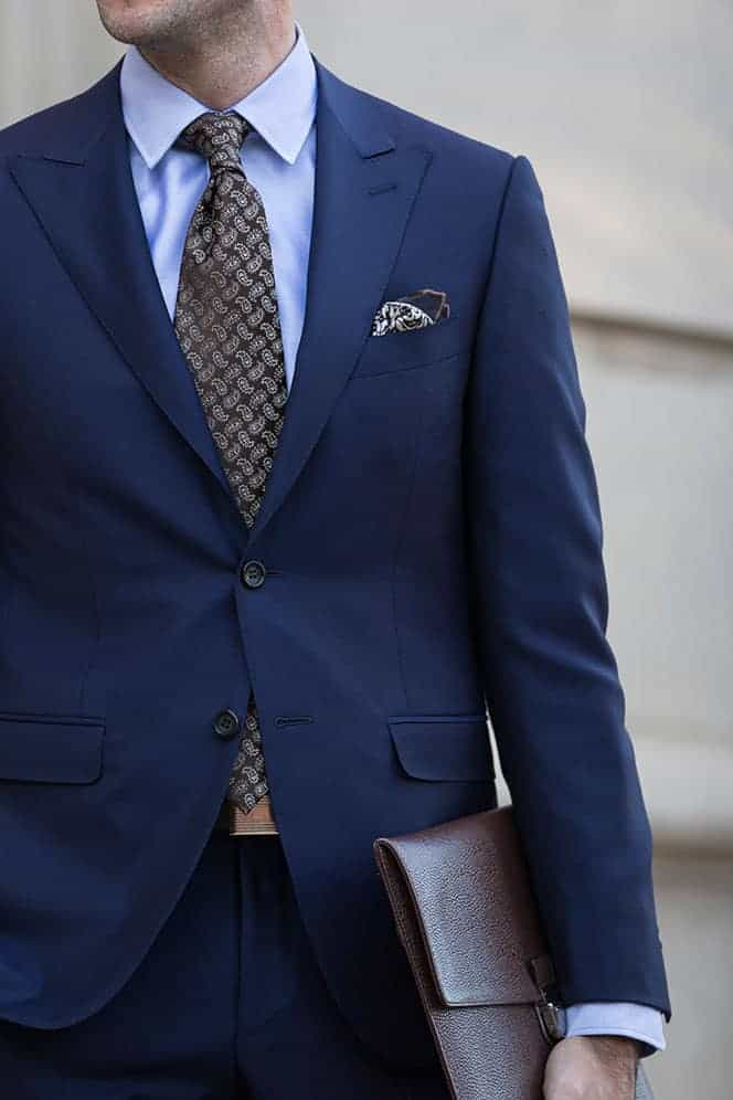 Welke kleur stropdas bij een blauw pak- Bruine paisley stropdas