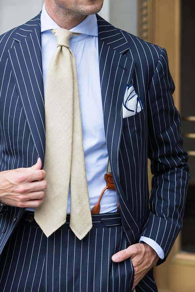 Welke kleur stropdas bij een blauw pak- Lichtbruin getinte stropdas