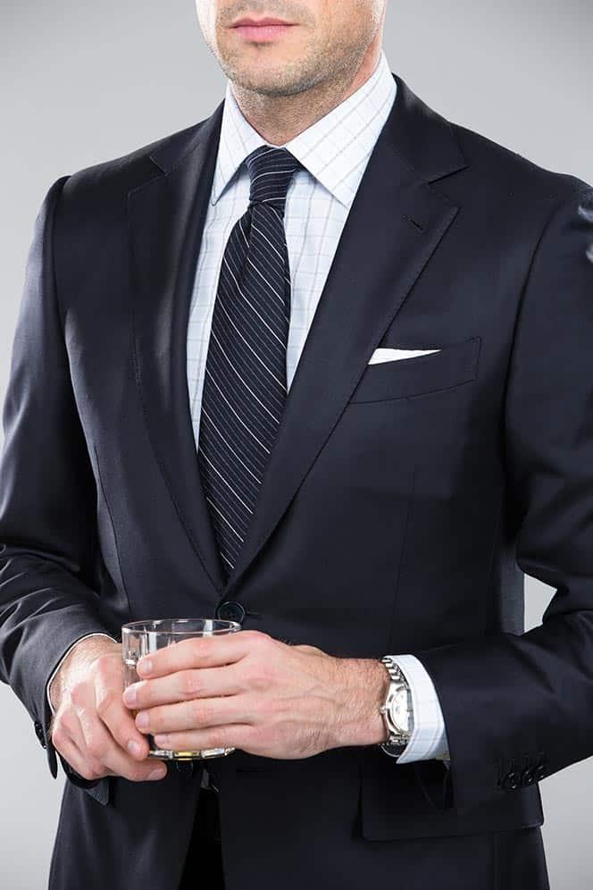 Welke kleur stropdas bij een blauw pak- Marineblauw gestreepte stropdas