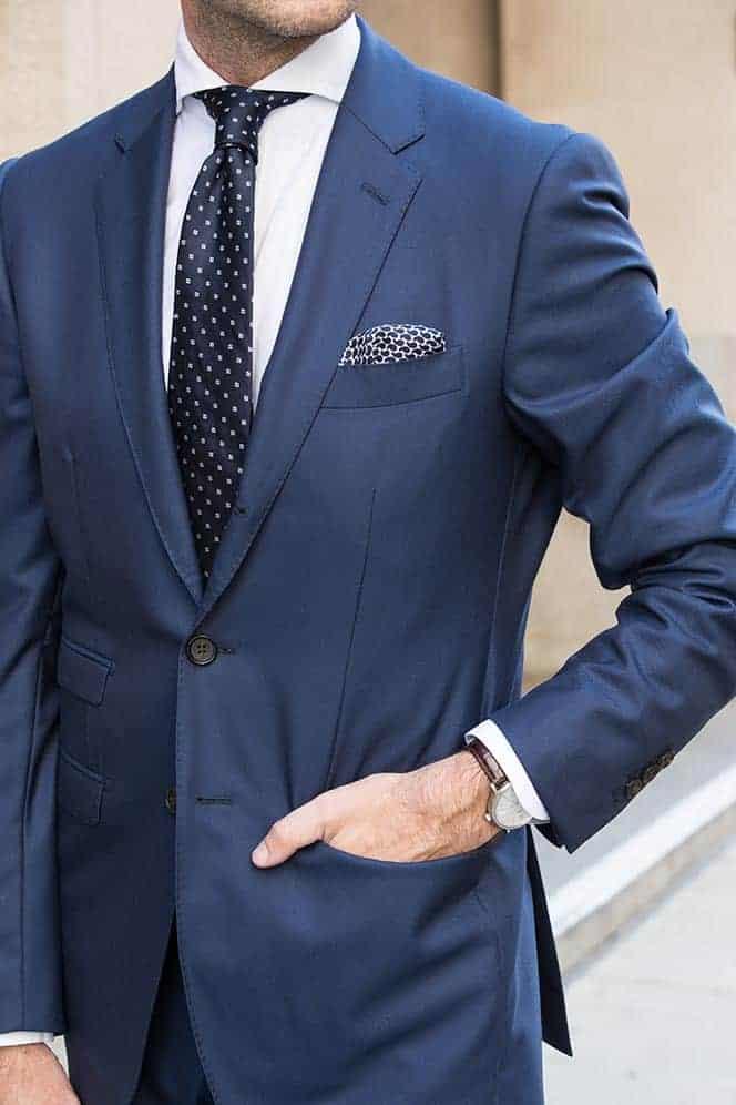 Welke kleur stropdas bij een blauw pak- Marineblauwe stropdas met eenvoudig patroon
