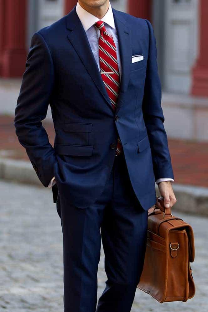 Welke kleur stropdas bij een blauw pak- Rood gestreepte stropdas