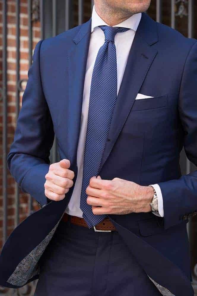 Welke kleur stropdas bij een blauw pak- blauwe pindot stropdas
