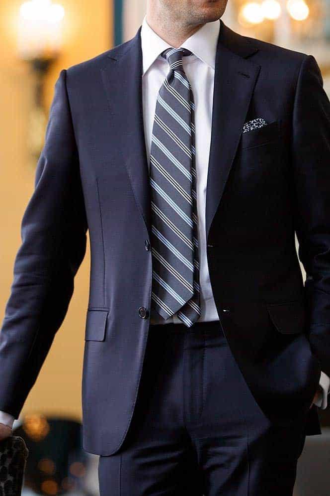 Welke kleur stropdas bij een blauw pak- grijs gestreepte stropdas