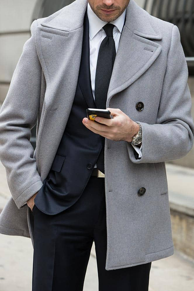 Welke kleur stropdas bij een blauw pak- houtskool grijze stropdas