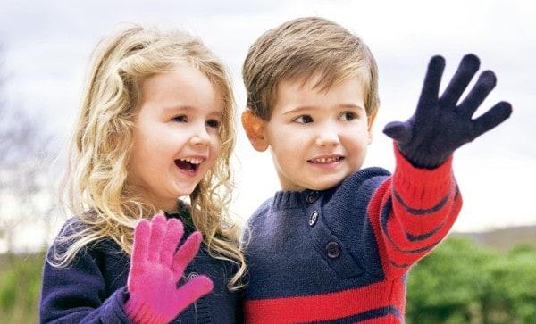 2 kinderen met thermo handschoenen aan kleurig