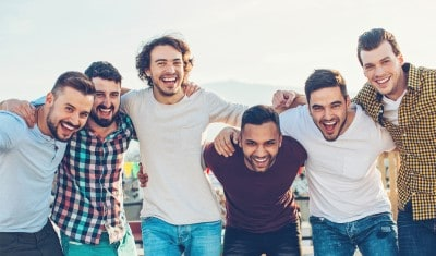 5 lachende mannen op een rij