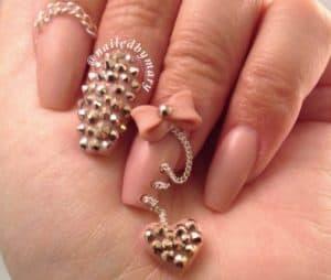nageldesigns - juwelen en kettinkjes verwerkt in acrylnagels