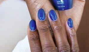 blauwe ronde acrylnagels met blauwe lak
