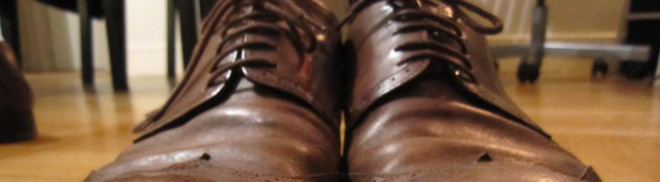 opletten met het drogen van leren schoenen met een fohn
