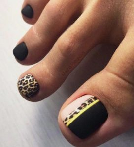 teennagel design met panterprint en geel zwarte kleur