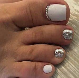 zilver met wit en steentjes design op tenen